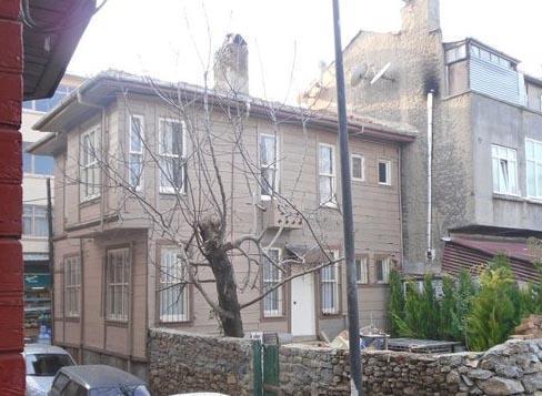 Sokaktaki evlerin pencereleri PVC olduğu için marangozlar tarafından yenilendi, ahşap çerçeveler takıldı.