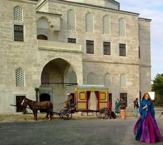 Topkapı Sarayı'na birebir benzerlikte inşa edilen sette 30 kişilik bir heykeltıraş ve ressam grubu çalıştı.