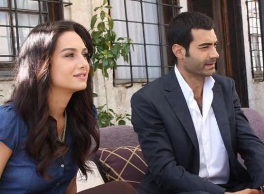 YER GÖK AŞK  Geçtiğimiz nisan ayında nikah masasına oturan Murat Ünalmış ve Birce Akalay'ın rol aldığı Yer Gök AŞk Fox Tv'de yayınlanıyor.