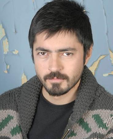 Genç aktör dizide kaybettiği kocasının acısını bir türlü unutamayan Necla'ya aşık Ali Sarper karakterini canlandırdı.