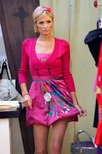 Paris Hilton, gittiği her yerde dikkat çekiyor. Üstelik ne yaparsa yapsın...