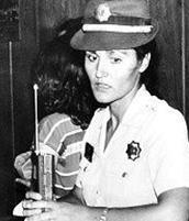 Bu fotoğrafta yıllar önceki haliyle görünen genç polis, Türkiye'nin en gözde yeni kuşak yıldızlarından birinin annesi...   1953 yılında Türkiye Cumhuriyeti'nin 27'nci polis memuru İbrahim Şahinbaş'ın kızı olarak Siirt'te dünyaya gözlerini açan- evlenmeden önceki adıyla- İnci Şahinbaş, 1972 yılında Polis Okulu sınavını kazanarak mesleğe ilk adımını attı.