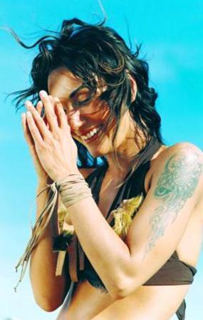 Ünlü şarkıcı, 'Kelime Cerrahı' olarak tanınan Profesör Doktor Talat Tekin'in kızı.