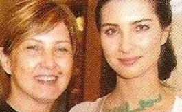 Güzel yıldızın annesi ise bankada çalışıyordu ve emekli oldu.