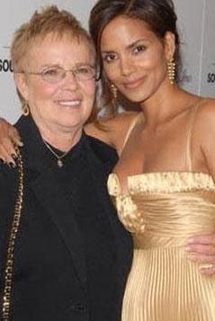 HALLE BERRY Babasından yana yüzü gülmeyen Berry'nin annesi ise hep yanında. Halle Berry'nin annesi de eski bir hemşire.