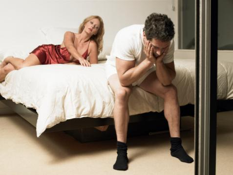 """7-""""Seks esnasında penisin sertleşmemesi veya sertliğin kaybı erkeğin partnerini çekici bulmadığı anlamına gelir""""  Eğer erkekte cinsel bir bozukluk varsa penis sertleşmeyebilir. Bu durum mutlaka eş ile bağdaştırılmamalı. Hatta bazen sertleşme sorunu olan erkekler bunun altında fiziksel bir sorun yatabileceği gerçeğini kabul etmez ve bunu test etmek için başka kadınlarla birlikte olmayı denerler.   Oysa erkeğin yaşadığı günlük sıkıntılar bile böyle bir soruna yol açabilir."""
