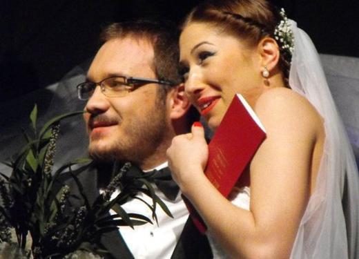 """Celiloğlu'nun Mimar Sinan üniversitesi Devlet Konservatuarı'nda okurken tanıştığı balerin Merve Bayramoğlu ile evlendiğini öğrenen hayranları internetteki forumlarda """"Evlendiğini öğrenince dünya başıma yıkıldı"""" yorumları yaptı."""