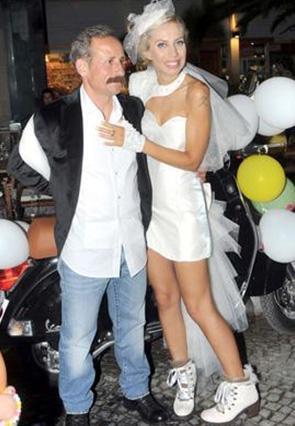 ŞAŞIRTAN EVLİLİK  Şarkıcı Zeynep Casalini'nin sürpriz nikahı da basının gündemine bomba gibi düşmüştü. Casalini, Bodrum'da restoran işletmeciliği yapan Tahsin Berk ile evlendi.