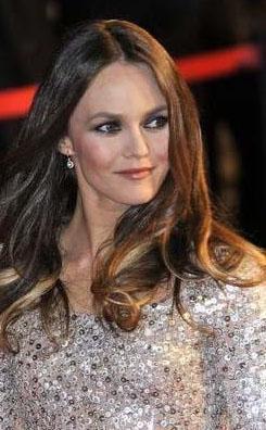 YAŞAYAN EN SEKSİ ADAMIN KALBİNİ ÇALDI  Fransız şarkıcı Vanessa Paradis, 45 yaşına gelmesine rağmen hala dünyanın en seksi erkeği unvanını kimselere kaptırmayan Johnny Depp'in kalbini çaldı.