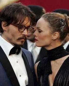 Depp'in uğruna ülkesini bile bıraktığı Paradis ile aktörün 2 çocuğu oldu...   (Hürriyet)