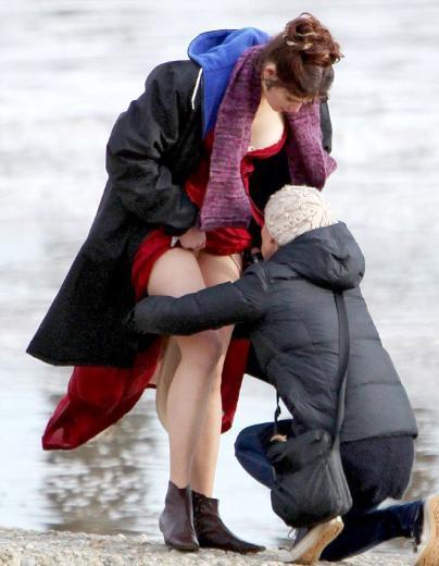 Rol gereği bir yandan sahilde yürüyüp bir yandan ağlayan Arterton bir ara set görevlisinin müdahalesine ihtiyaç duyunca da ortaya bu görüntüler çıktı.