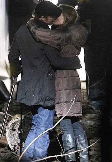 Bosna'daki savaş sırasında yaşanan bir aşk öyküsünü konu alan filmin çekimleri için Macaristan'da bulunan Jolie'yi Pitt de yalnız bırakmadı..   İkizleri Knox ve Vivienne'i alan Pitt, soluğu ilk yönetmenlik denemesi için kollarını sıvayan sevgilisi Jolie ve büyük çocuklarının bulunduğu Macaristan'da aldı..