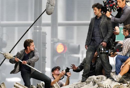 Shia LaBeouf ve Patrick Dempsey, Transformers 3'ün hareketli sahnelerinden birinin çekiminde.