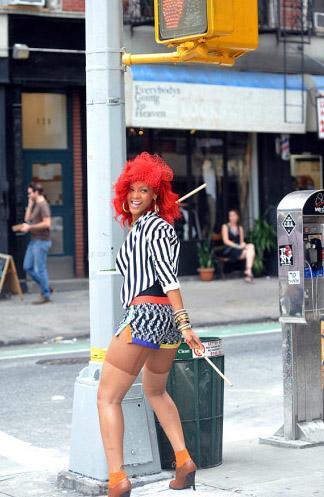 Rihanna, klip çekiminde molalar sırasında etrafıyla sakalaştı.