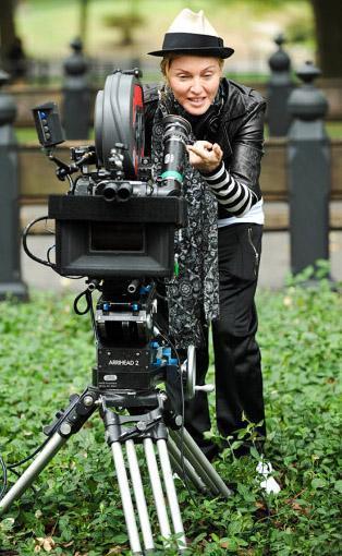 Madonna ilk yönetmenlik denemesi W.E.'nin setinde.