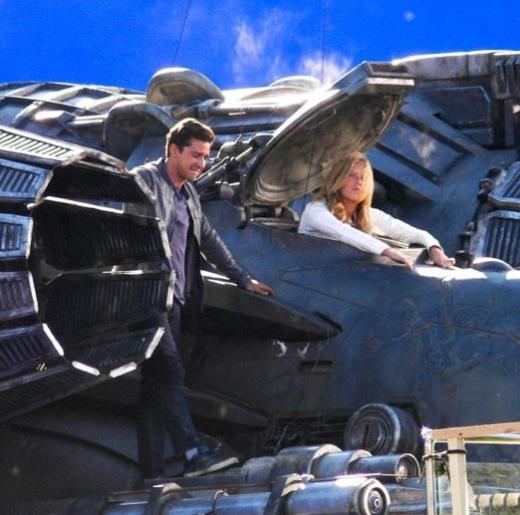 Shia LaBeouf ve Rosie Huntington-Whiteley,Transformers 3'ün set arasında.   (Hürriyet)