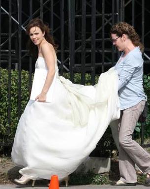 Hilary Swank elbisesini yardımsız taşıyamıyor.