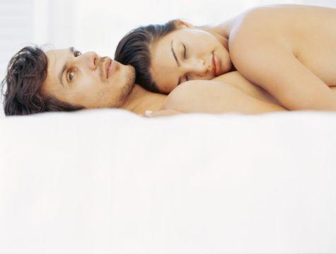 4- Seks, uykusuzluk çekenlerin derdine de deva oluyor. Erotik bir masaj sonrasında çarşaflar üzerinde yapacağınız dans, deliksiz bir uykuyu garantiliyor. Neden mi? Orgazm sonrasında endorfin serbest kalıyor, bu da beyinde morfin etkisi yaratıyor, vücut gevşeyip rahatlıyor; siz de çok faydalı, dinlendirici bir uykuya dalıyorsunuz.