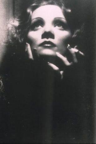 Lola Lola rolüyle dünya çapında ünlenen Dietrich ile özdeşleşen filmin yapım tarihi ise 1930.  Kaynak: milliyet.com.tr
