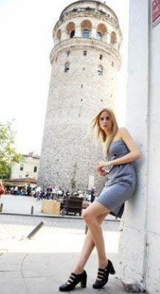 Caroline Henke karakterini canlandıran Alles, çok başarılı bir performans sergiliyor.