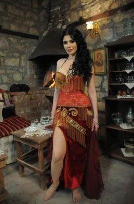 Hatice Şendil, 'Karadağlar' dizisindeki oturak alemlerinin fettan dansözü Gülhayat rolünde, Halit Karadağlı'yı peşinden koşturmasıyla 'femme fatale' karaktere şu anda en uygun örneği oluşturuyor.