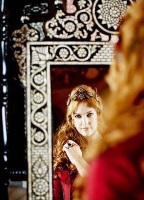 Meryem Uzerli   Hürrem Sultan tarihçilere göre 'femme fatale' karaktere uygun tarihi kişiliklerden bir tanesi