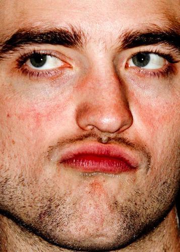 Yıldızara bir de yakından bakın... İşte yerli ve yabancı ünlülerin yakından çekilmiş fotoğrafları...   Robert Pattinson