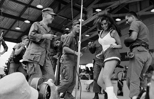 Raquel Welch/ Vietnam 1967