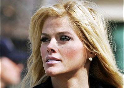 Anna Nicole Smith 8 Şubat 2007'de bir otel odasında baygın bulunarak kaldırıldığı Florida hastanesinde hayatını kaybetti. Onunki sahne ışıkları altında değişen ve tükenen bir yaşam oldu.