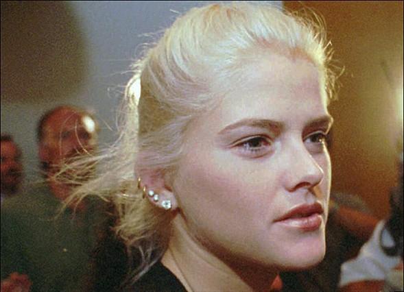 Gerçek adı Vickie Lynn Hogan olan Anna Nicole Smith 28 Kasım 1967'de Teksas'da doğdu.   İlk evliliğini 1985'te Bill Smith ile yaptı. Bu evliliğinden oğlu Daniel Smith'i dünyaya getirdi ve iki yıl sonra boşandı.