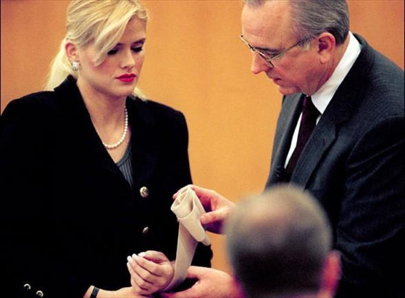Anna Nicole Smith Los Angeles ve Houston'da süren mahkemelerde eski eşinin oğluyla mirası paylaşabilmek için 10 yıl süren hukuk mücadelesi sürekli basının ilgi odağı oldu.
