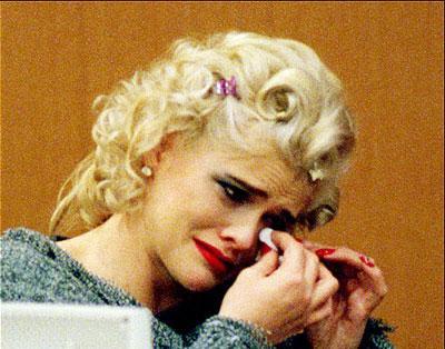 Anna Nicole Smith'in bu fotoğrafta 2001 yılında görülen bir miras davasında ifade verirken gözyaşlarını tutamadığı görülüyor.