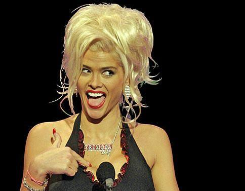 14 Kasım 2004'te Amerikan Müzik ödüllerinde sözcülüğünü yaptığı TrimSpa güzellik ürünlerini taktığı kolye ile tanıtırken…