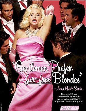 2004 'te PETA'nın kampanyası için çocukluk hayali olan Marilyn Monroe kılığına girerek poz verdi.