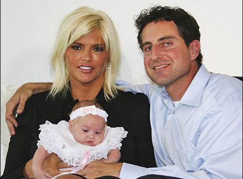 7 Eylül 2006. Anna Nicole Smith Bahamalar'da Dannielynn Hope Stern Marshall isminde bir kız çocuğu dünyaya getirdi.   Kızının kimliğinde baba ismi olarak Smith'in avukatı ve sevgilisi olan Howard K. Stern'in adı yazıyordu.