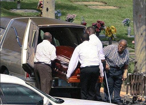 Yapılan otopsi ve incelemeler nedeniyle 6 hafta sonra gömülen gencin ölüm nedeniyle ilgili kesin bir sonuç bulunamadı.