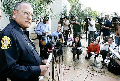 Polis şefi Charlie Tiger otelin önünde yıldızın ölümüyle ilgili basın açıklaması yapıyor.