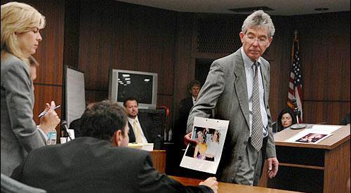 21 Şubat'taki davada Vergie Arthur'un avukatı ilişkilerinin düzeldiğine dair birlikte çekilen bir fotoğrafı gösteriyor.