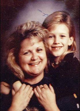 Anna küçük bir kız çocuğuyken annesiyle birlikte çekilen fotoğrafı.
