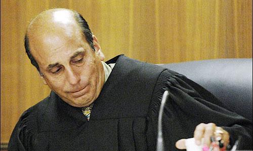 Yargıç tüm tarafları soğukkanlılıkla dinlerken görünüyor.