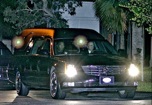 Anna Nicole Smith'in naaşı arabayla uçağa götürülüyor.