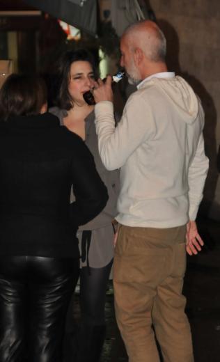 Esra Dermancıoğlu, Asmalımescit'teki doğum günü kutlamasında çantasını kaybetti. Morali bozulan oyuncuyu sevgilisi teselli etti.