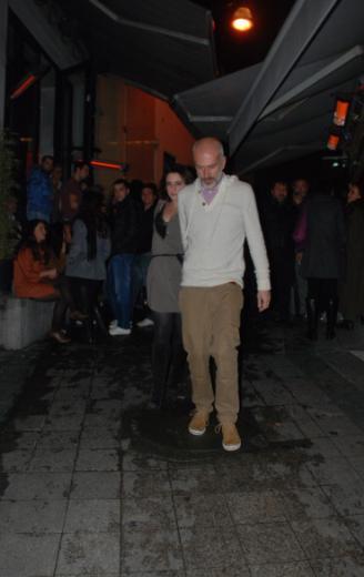 Dizi ekibinden sadece Beren Saat'in katıldığı kutlama güzel başladı ama Dermancıoğlu'nun çantası kaybolduğu için tatsız bitti.