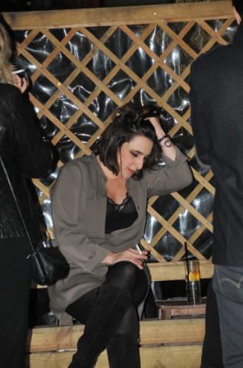 Onu teselli etmeye koşansa adını vermeyen sevgilisi oldu. Gazetecileri fark etmeyen meçhul sevgili, Dermancıoğlu'na sıkı sıkı sarıldı.