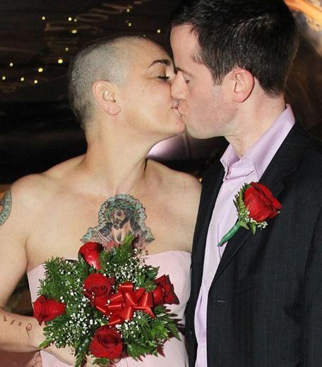 SAÇINI KAZITTI DÖRDÜNCÜ KEZ EVLENDİ  Bir süredir özel hayatındaki çalkantılarla gündeme gelen şarkıcı Sinead O'Connor, 45'inci doğum gününde dördüncü kez evlendi.