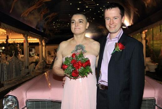 Nevada evlenen çift törende pembe bir CadillaC'a binip fotoğrafçılara boz verdi.