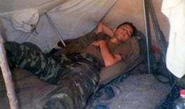 """Doğan da bu iddialara """"Burası gazinoya benziyor mu"""" diyerek bir askeri çadırda çekilen fotoğrafını sosyal paylaşım sitesinde yayınlayarak cevap verdi."""