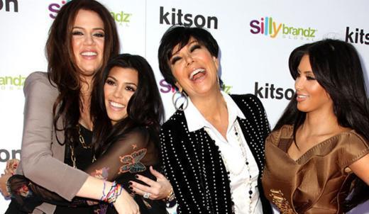 """Craig bu noktada hazırladıkları bir TV şovuyla tüm hayatlarını kameralar önünde yaşayan Kardashian ailesine de eleştiri oklarını yöneltti:   """"Kardashian ailesine bir bakın. Tüm hayatlarını kameralar önünde yaşıyorlar. Milyon dolar değerinde her biri. Bunu görünce insan şöyle düşünebilir """"Tanrı'nın cezası bir geri zekalı gibi davranırsam milyoner birileri bana milyonlarca dolar ödeyebilir."""""""