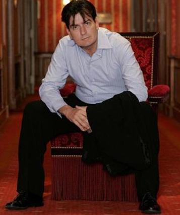KOVULMAK BİLE İŞİNE YARADI  Ünlü aktör Martin Sheen'in baba mesleğini seçen oğlu Charlie Sheen, kısa zamanda iyi bir kariyer yaptı, dünyanın dört bir yanından hayranlar edindi..