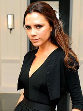 O AKSESUAR DEĞİL SENİN KIZIN  Spice Girls döneminden beri dikkat çekmeyi seviyor ve bunu da başarıyor Victoria Beckham..